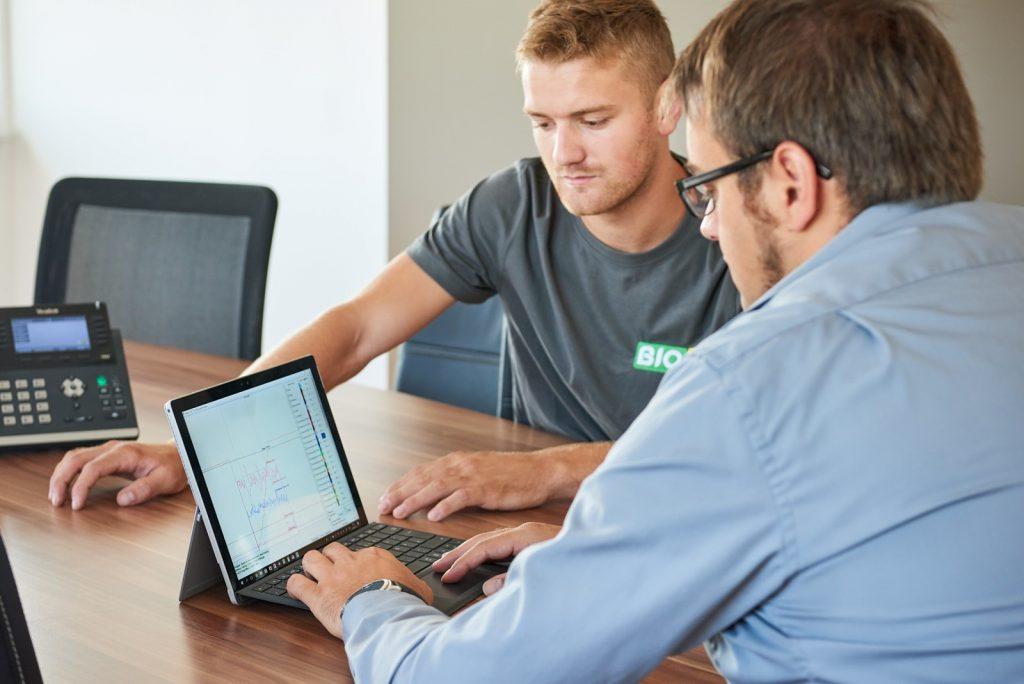 BioG Servicemitarbeiter werten Messergebnisse der Fernwartung am Laptop aus